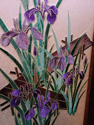 五月人形・黒小札赤糸威大鎧 焼桐高床台飾り No3211 菖蒲の刺繍の屏風
