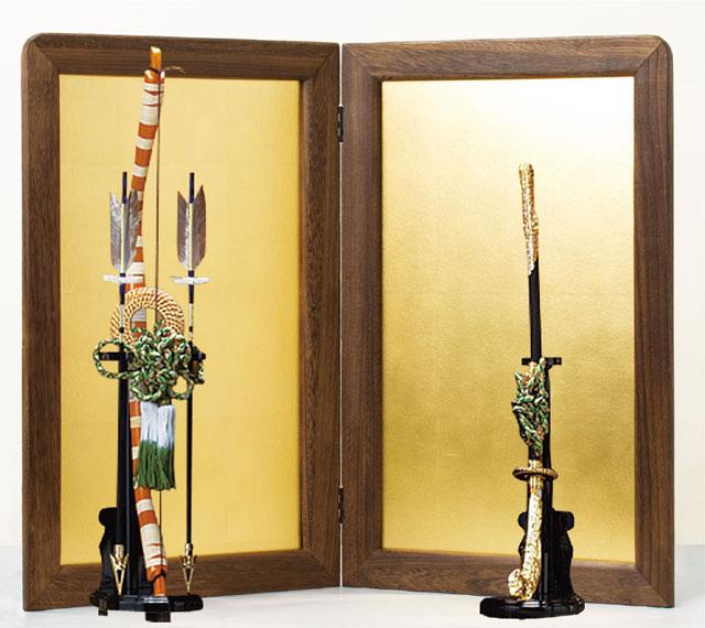 五月人形・鎧兜飾りには焼桐平台飾り、弓太刀