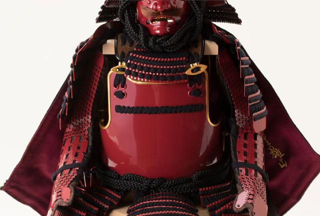 五月人形・真田幸村公創作鎧  赤備之具足平台飾り No3271鎧の胴の部分