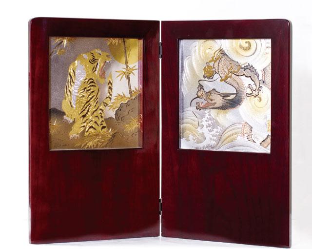 五月人形・戦国武将着用兜収納飾り 伊達政宗公 No8121 龍と虎の彫金屏風