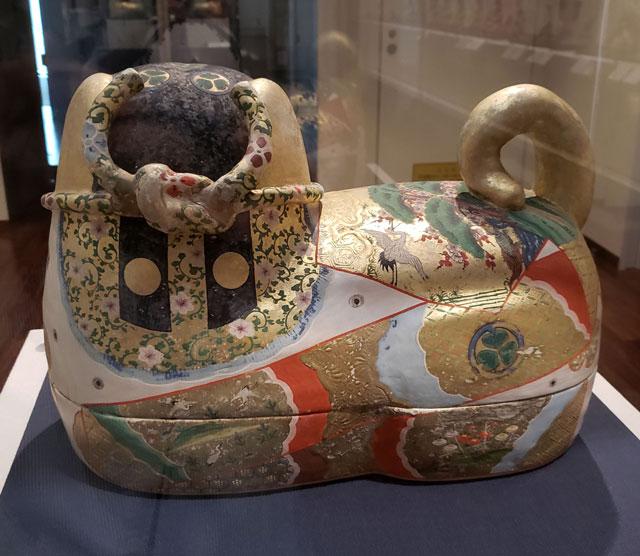 人形のまち岩槻 岩槻人形博物館 所蔵品 岩槻人形博物館 『犬筥 江戸時代』 背後