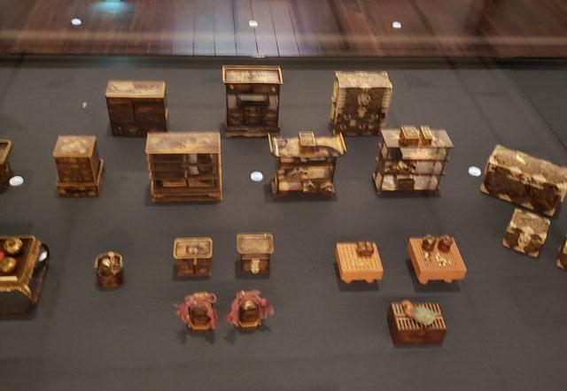 岩槻人形博物館所蔵品『紫檀象牙細工蒔絵雛道具(江戸時代)』