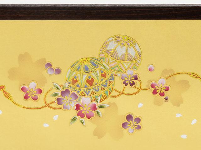 雛人形・屏風は 屏風は金彩、可愛い毬に桜が豪華な飾りにさせます。