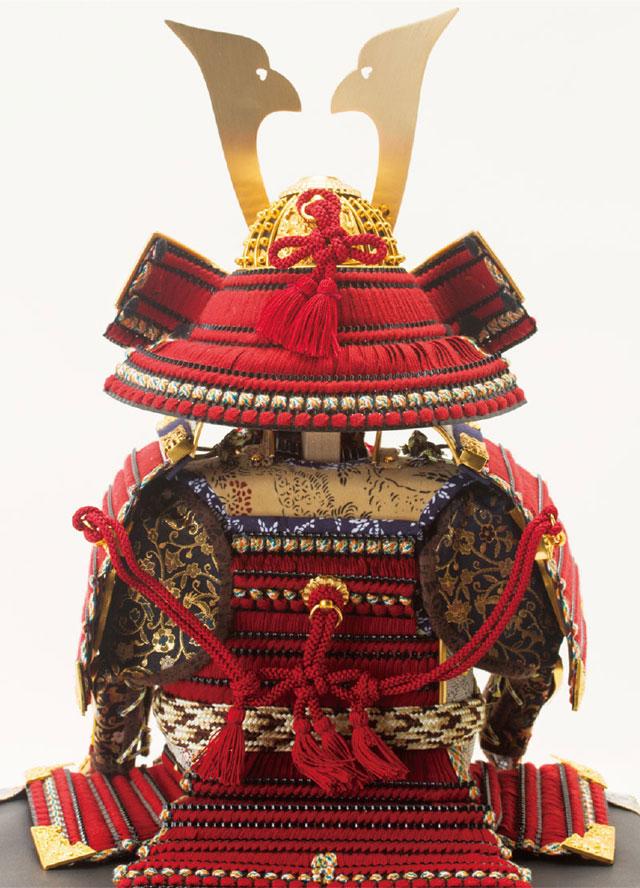 五月人形・黒小札赤糸(茜糸)威鎧焼桐飾り台No3212セット  鎧兜の背面