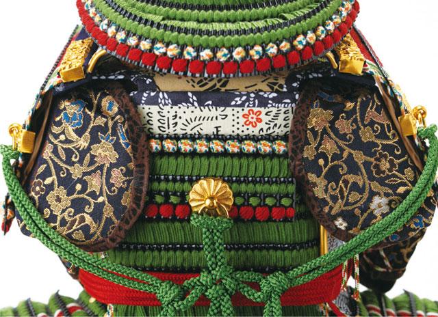 五月人形・黒小札萌葱糸逆沢瀉威鎧ミニ焼桐平台飾りNo3214セット鎧の背面