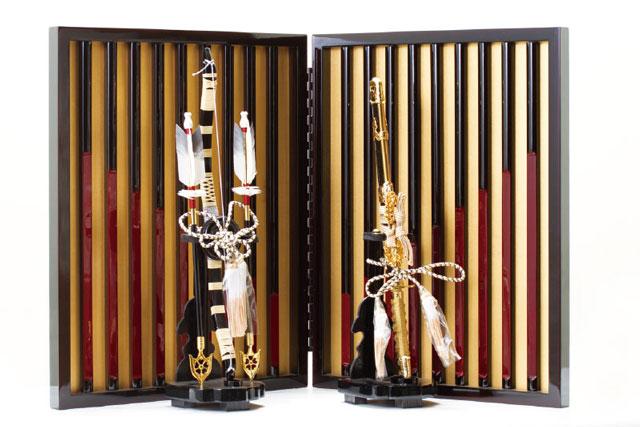 戦国武将・本多忠勝公 黒糸威二枚胴具足模写 兜飾りNo3181 飾り屏風と弓太刀