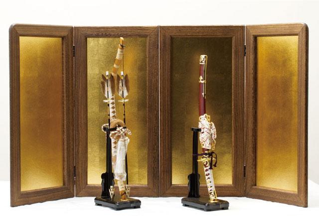 五月人形の焼桐仕様の飾り台・屏風に弓太刀