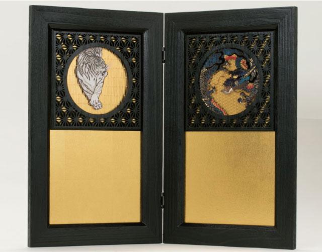 戦国武将着用兜収納飾り 上杉謙信公 商品番号 No8131B 金の屏風に龍と虎が付いています。