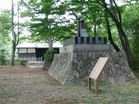 岩槻城城門(黒門)と人形塚